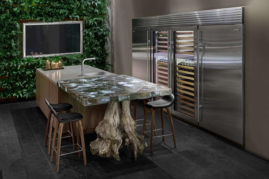 Aranzacja-nowoczesnej-kuchni-z-ogrodem-wertykalnym